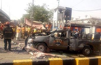 Pakistan'da Data Darbar Türbesi önündeki polis aracı patlatıldı