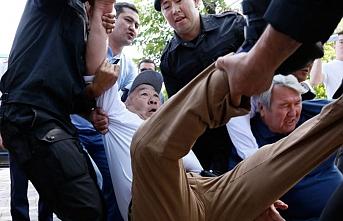 Kazakistan'daki mitinglerde kaç kişi tutuklandı ve serbest bırakıldı ?