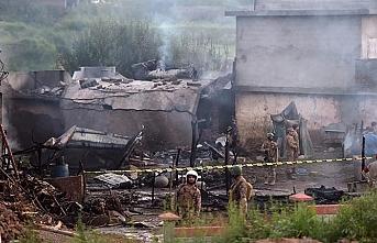 Askeri eğitim uçağı evlerin arasına düştü: 17 ölü