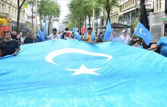 Avusturya'da Uygur Türkleri Çin'i protesto etti