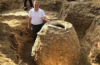 Tarlasını süren çiftçi 200 yıllık tahıl ambarı buldu