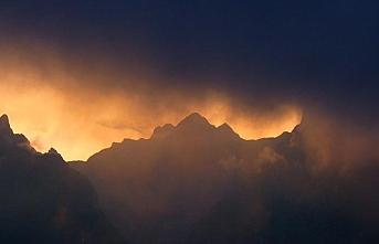 Ubinas Yanardağı kül ve lav püskürtmeye başladı