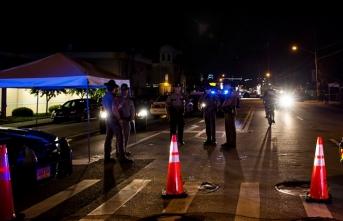 ABD'de kelepçeli bir siyahinin atlı polisler arkasında yürütülmesine tepki