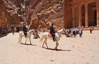 Yahudi turistlerin ayini türbeyi kapattırdı