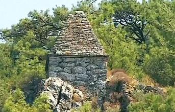 Yıllardır türbe diye ziyaret edilen yer gladyatöre ait mezar çıktı