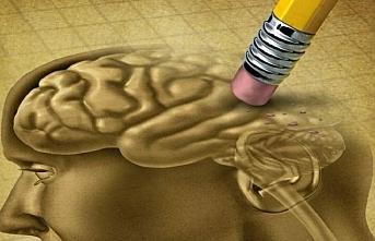 Alzheimer hastalığı ilk belirtilerden 20 yıl önce başlıyor