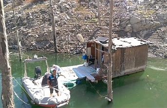 Barajdaki yüzen barakalardan uyuşturucu çıktı
