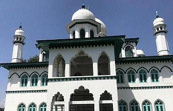 Hindistan şimdi de Keşmir camilerine kelepçe vuruyor