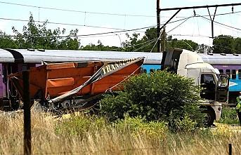 Japonya'da tren kamyonla çarpıştı