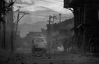 Srinagar'da gece polis baskınlarına karşı caminin hoparlöründen uyarı yapılıyor