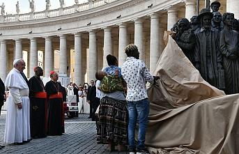 Vatikan'daki göçmen ayini 400 yıl sonra bir ilke sahne oldu: Yeni bir heykel dikildi