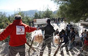 Mehmetçik Tel Abyad'da insani yardım malzemesi dağıttı