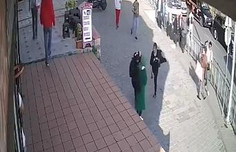 Bazıları inadına kışkırtıyor...Karaköy'de saldırgan kadın yoldan geçen başörtülülere saldırdı