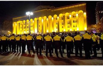 Gürcistan'da parlamento binası kuşatıldı