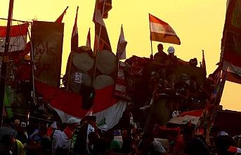 Iraklı göstericiler, İran Konsolosluğu binasında Irak bayrağı açtı