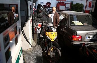 İran'da benzin zammından elde edilen gelir dağıtılmaya başlandı