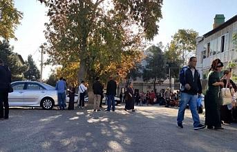 Türkmenistan'da, yüzlerce kişi Özbekistan'a vize almak için kuyruğa girdi