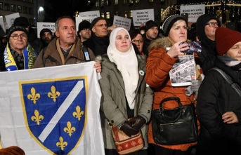 Bosna soykırımı inkar eden Peter Handke'ye Nobel Ödülü verilmesi İsveç'te protesto edildi