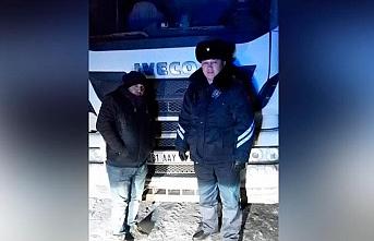 Donan Türk tır şoförlerinin yardımına Kazak polisi yetişti