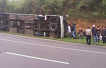 Endonezya'da yolcu otobüsü nehre yuvarlandı: 25 ölü