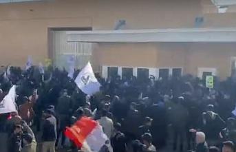 Irak protestocuları ABD büyükelçiliğine saldırdı