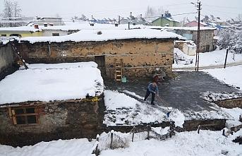 Tunceli'de toprak damlı evlerde yaşayanların karla mücadelesi