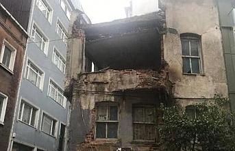 Beyoğlu'nda 3 katlı metruk bina çöktü