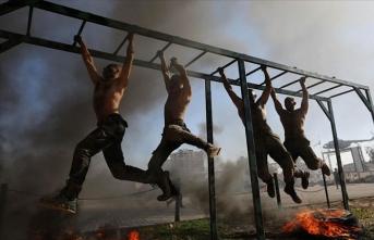Gazze'de bin genç Polis Akademisi'ne katılmak için zorlu eğitimden geçti