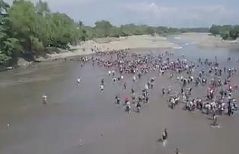 Nehri yürüyerek geçen göçmenler ve polisler arasında arbede