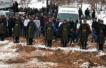 Şehit cenazesinde üşümesinler diye montlarını askerlere verdiler