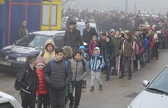 Srebrenitsa'daki Boşnak veliler, Sırp öğrencilerin Çetnik paylaşımını protesto etti