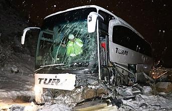 Yolcu otobüsüyle iş makinesine çarpıştı: Yaralılar var