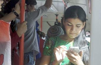 Aşkabat'ta okulda cep telefonu kullanan çocukların ailelerine para cezası verildi