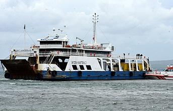 Çanakkale'de feribot, denizde oluşan kum adasına oturdu