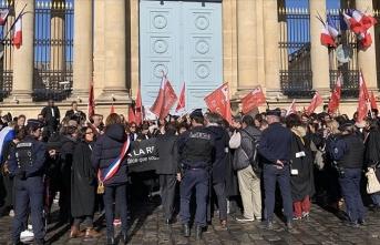 Fransa'da avukatlardan meclis önünde emeklilik reformu protestosu