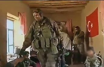 Fransız askerini girdiği Afgan evinde Türk bayrağı karşıladı