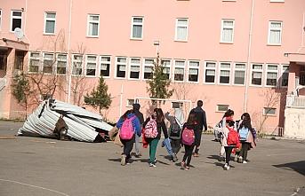 Giresun'da okulun çatısı uçtu