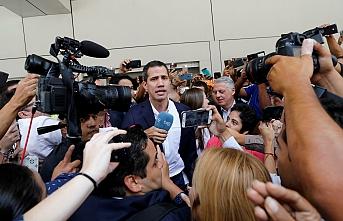 Guaido Venezuela'ya döndü: Yakasından tutup silkelediler