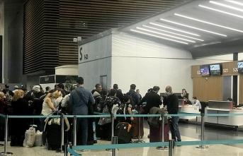 İranlı yolcular İstanbul'da kendileri için gelecek boş uçağı bekliyor