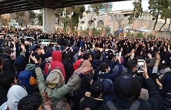 İranlı öğrencilerden rejim karşıtı gösteri