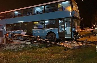 İstanbul'da halk otobüs durağa daldı: Ağır yaralılar var.. Şoför gözaltında