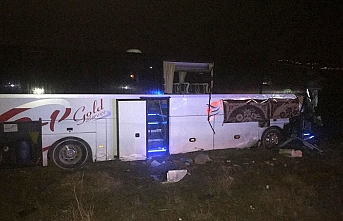 Adana yolunca feci kaza.. Tır yolcu otobüsüne çarptı