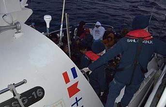 Botları su alan göçmenleri sahil güvenlik ekibi kurtardı