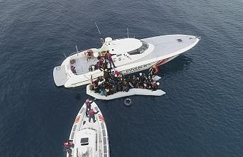 Denize açıldıkları lastik botları su alan düzensiz göçmenler kurtarıldı