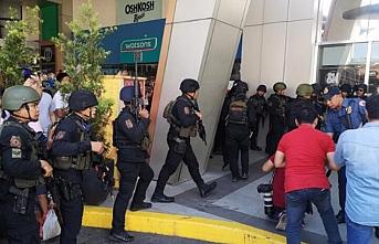Filipinler Manilada bir alış veriş merkezinde rehine krizi yaşanıyor