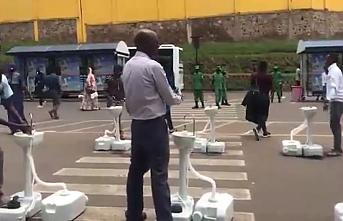 Ruanda'da otobüs duraklarına seyyar musluklar yerleştirildi