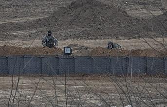 Yunan askeri göçmenleri siperde bekliyor