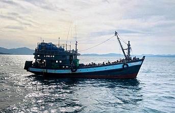 Haftalardır denizde sürüklenen Arakanlı Müslümanlar açlıktan ölmek üzereyken kurtarıldı