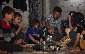 İdlib'deki kamplarda yaşayanlar ilk sahuru ev hasretiyle yaptı