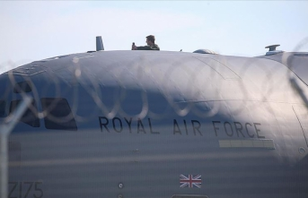 İngiliz askeri uçağı sağlık ekipmanlarını almak için İstanbul'a geldi